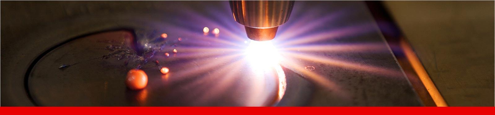 Mithilfe eines Plasmaschneidgeräts wird ein Lichtbogen erzeugt, der sämtliche Metalle zerschneidet.